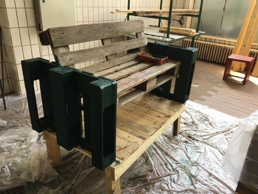 Palettenbank aus der Holzwerkstatt des Sennestadtvereins
